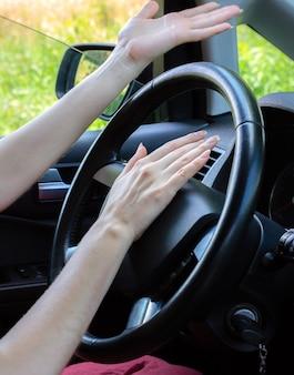 Mulher zangada ao volante