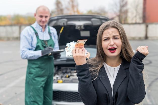 Mulher zangada com euro vai pagar a manutenção