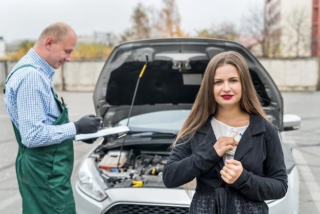 Mulher zangada com euro vai pagar manutenção
