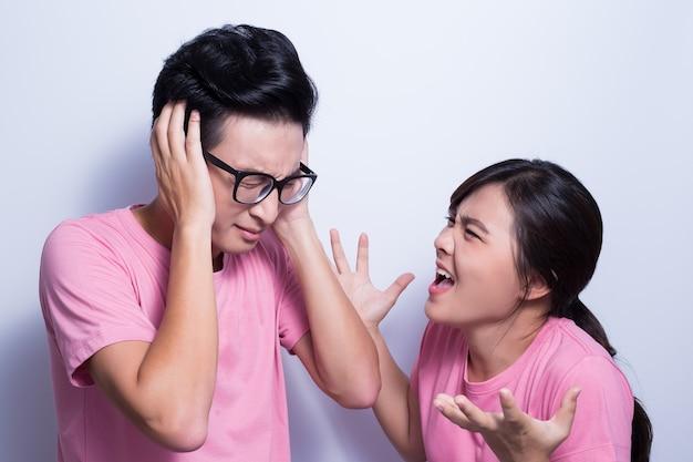 Mulher zangada com o namorado