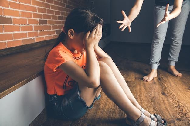 Mulher zangada com um bebê triste em casa