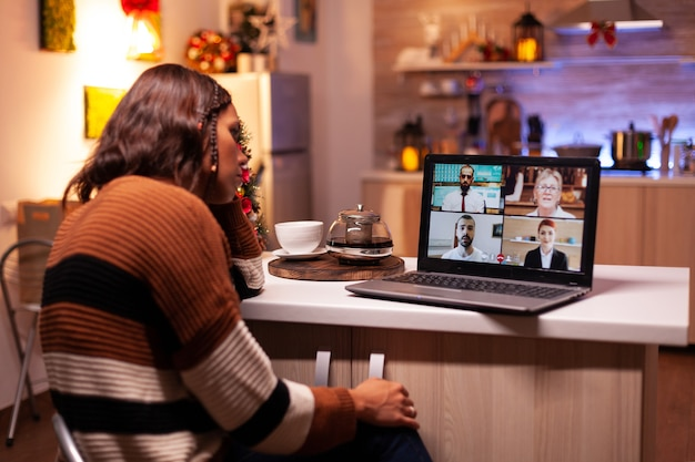 Mulher zangada encontrando colegas na videochamada