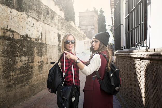 Mulheres à procura do caminho certo na rua