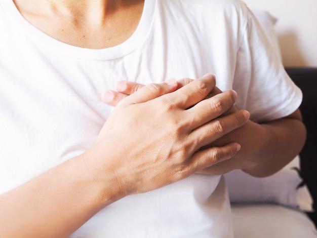 Mulheres adultas asiáticas que sofrem de infarto do miocárdio, doença cardíaca e dor no peito.