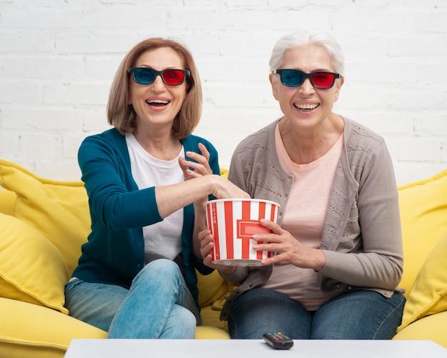 Mulheres adultas com óculos 3d sorrindo