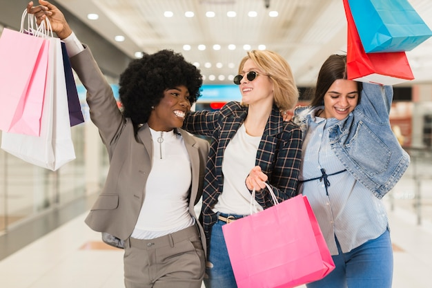Mulheres adultas, compras juntas