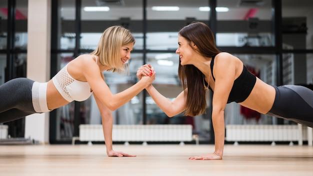 Mulheres adultas malhando juntos