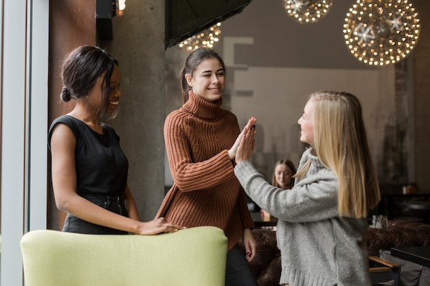 Mulheres adultas positivas se divertindo juntos