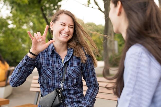Mulheres adultas se comunicando através da linguagem gestual