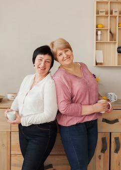 Mulheres adultos sorrindo dentro de casa