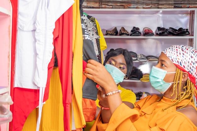 Mulheres africanas fazendo compras em uma loja local