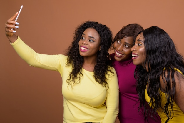 Mulheres africanas felizes tomando selfie com telefone móvel
