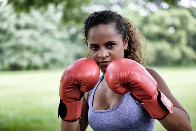 Mulheres afro-americanas de raça mista com luvas de boxe vermelhas