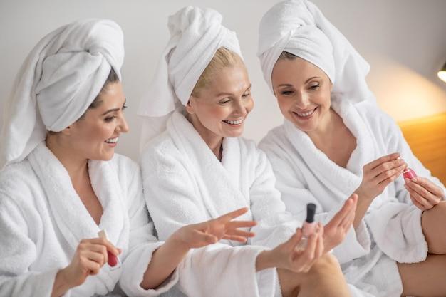 Mulheres alegrando-se com os esmaltes escolhidos