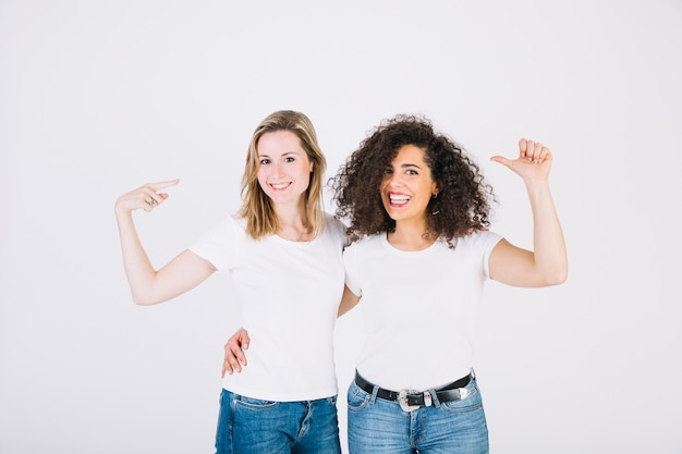 Mulheres alegres apontando para si mesmos