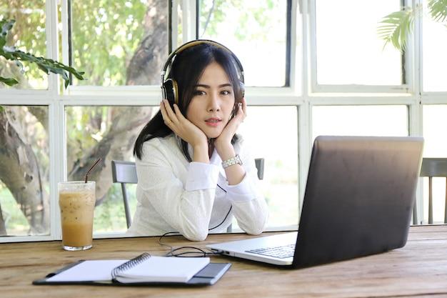 Mulheres, apontar, tela portátil, e, homem, digitando, laptop, ligado, tabela madeira, internet, de, coisas