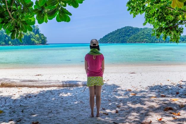 Mulheres aproveite o ar fresco e águas claras na ilha de similan, mar de andaman, phuket, tailândia