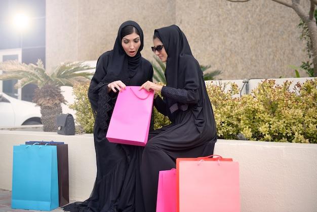Mulheres árabes emarati saindo das compras