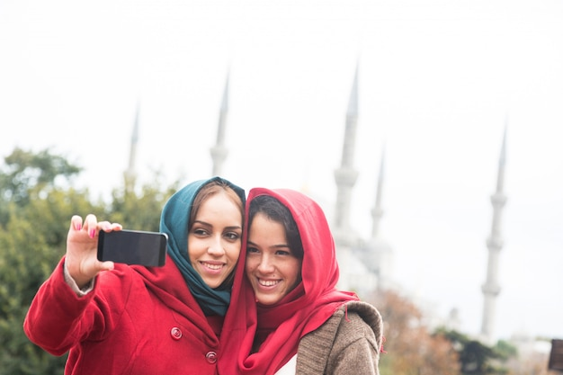 Mulheres árabes vestindo véu tomando selfie em istambul