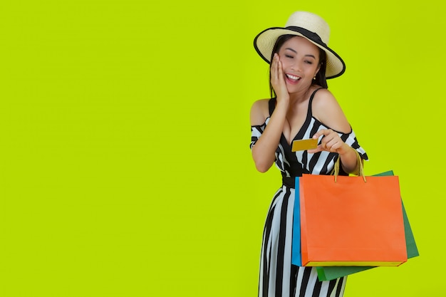 Mulheres às compras com sacolas de compras e cartões de crédito
