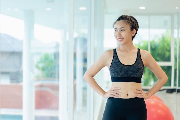 Mulheres asiáticas alongamento e aquecimento antes do exercício