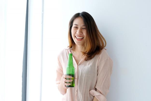 Mulheres asiáticas, bebendo cerveja na festa, celebração, estilo de vida