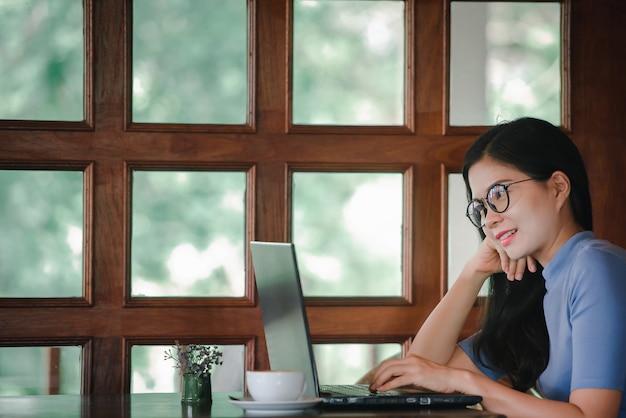 Mulheres asiáticas bonitas têm trabalhos freelancers em casa ou trabalhos freelancers