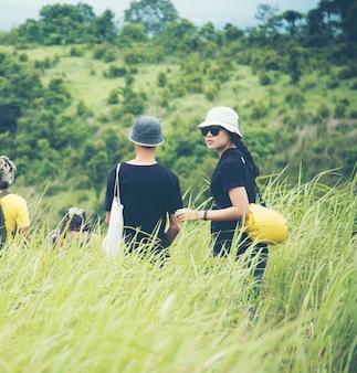 Mulheres asiáticas, caminhando, para, a, selvagem, floresta tropical