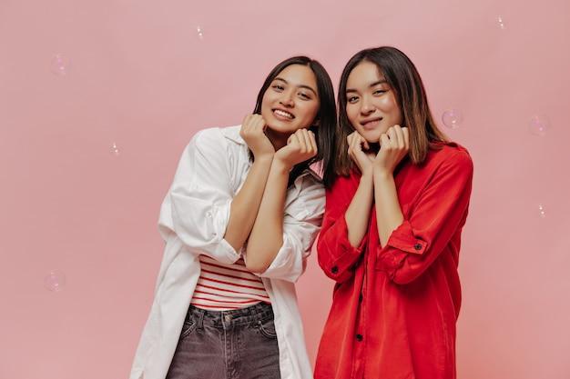 Mulheres asiáticas charmosas ficam fofas na frente