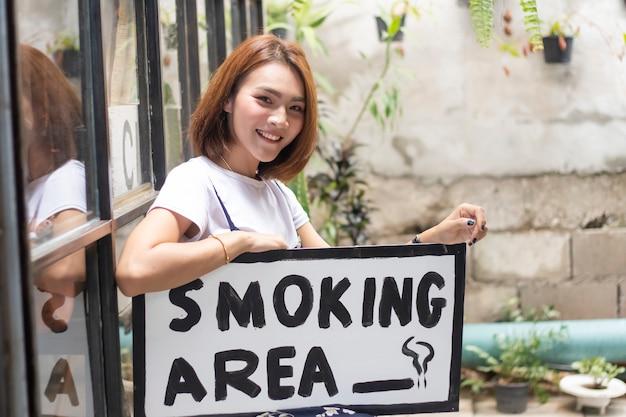 Mulheres asiáticas, com, fumar, área, etiqueta