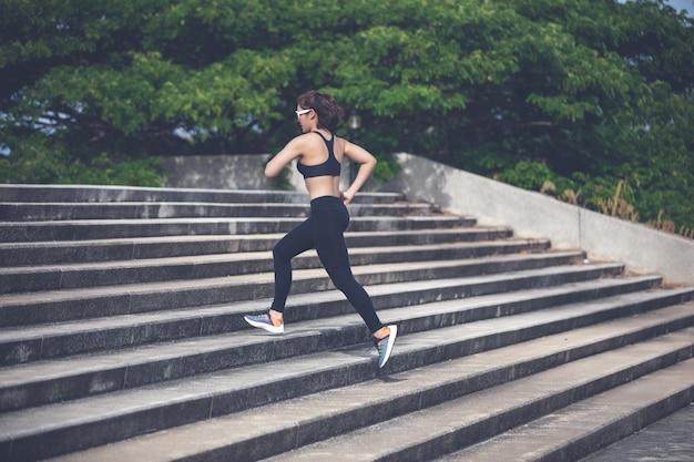 Mulheres asiáticas, correr e correr durante ao ar livre na cidade correr