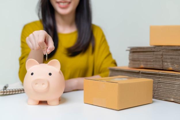 Mulheres asiáticas economizam dinheiro com vendas online para investir em seus futuros negócios