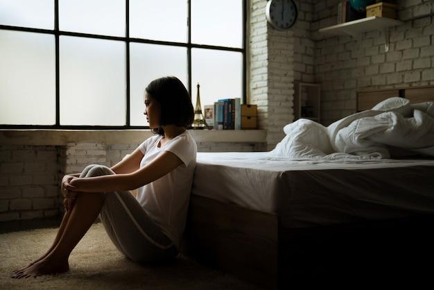 Mulheres asiáticas ela está sozinha e se sente solitária