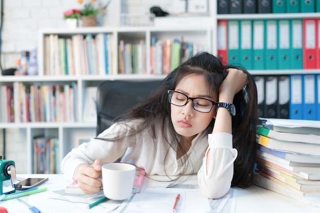 Mulheres asiáticas ela estava cansada de ler os exames