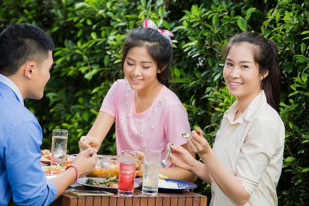 Mulheres asiáticas ela estava feliz comendo com amigos