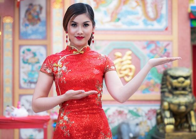 Mulheres asiáticas em trajes chineses tradicionais Foto Premium