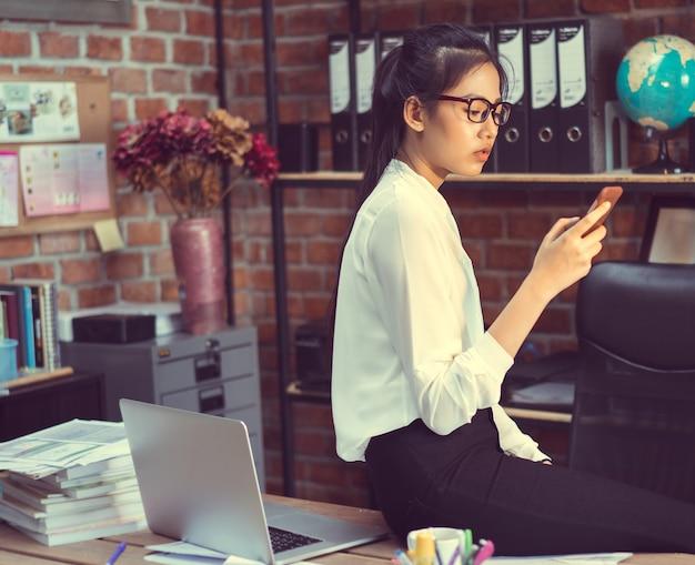 Mulheres asiáticas entrando em contato por telefone