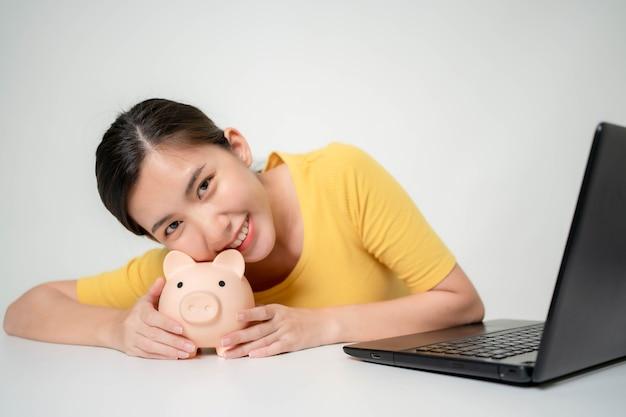 Mulheres asiáticas estão economizando em sua renda com vendas online