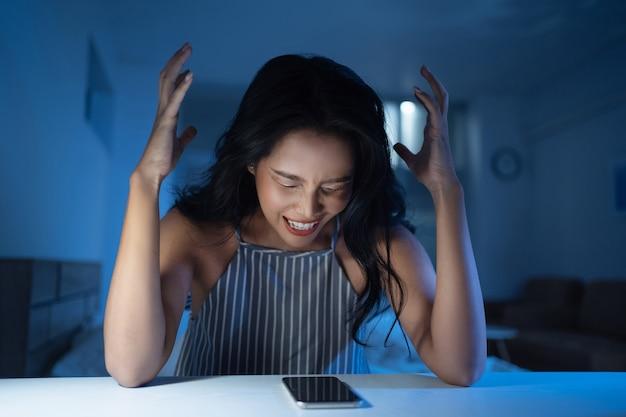 Mulheres asiáticas estão estressadas e loucas, ela está deprimida