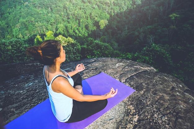 Mulheres asiáticas fazendo yoga no feriado