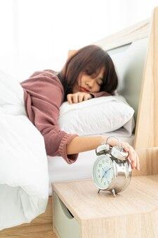 Mulheres asiáticas na cama e acordando de manhã