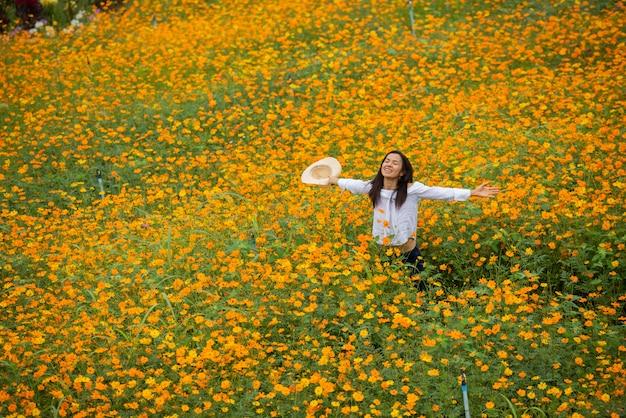 Mulheres asiáticas na fazenda de flores amarelas