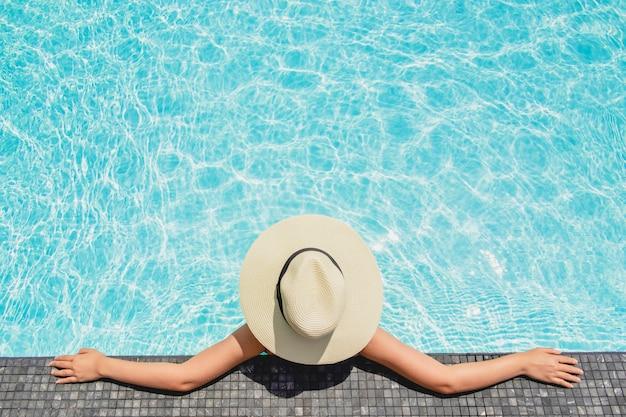 Mulheres asiáticas relaxantes na piscina férias de verão na praia