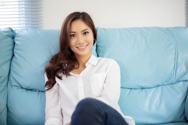 Mulheres asiáticas sorrindo feliz por relaxamento no sofá em casa