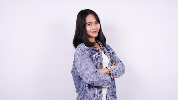 Mulheres asiáticas sorrindo vestindo jaqueta jeans com superfície branca isolada