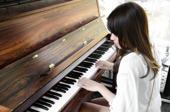 Mulheres asiáticas tocando piano