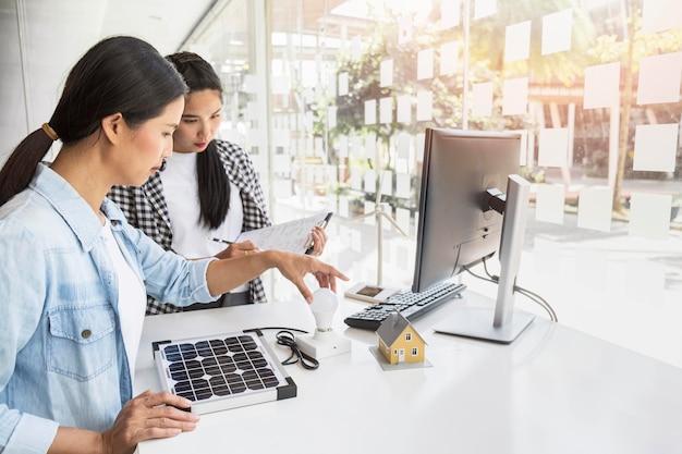 Mulheres asiáticas trabalhando duro juntas dentro de casa