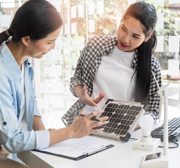 Mulheres asiáticas trabalhando juntas