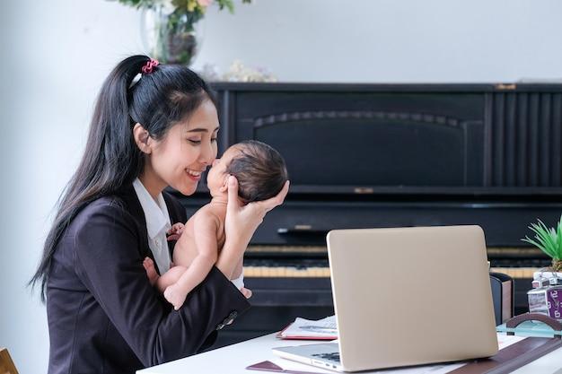 Mulheres asiáticas trabalhando nos negócios e criando filhos em casa