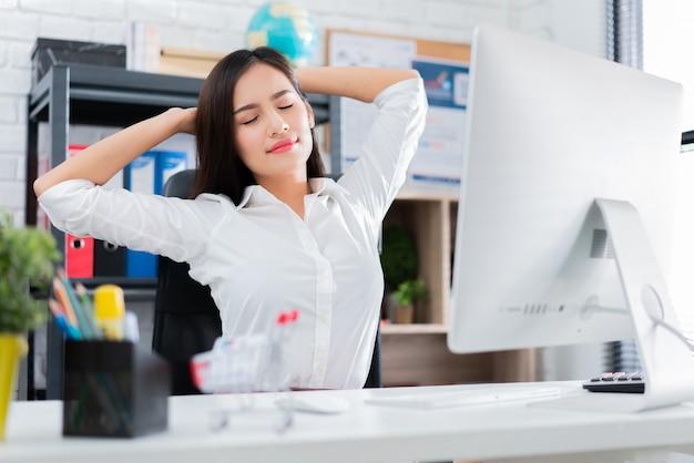 Mulheres asiáticas trabalhando relaxado do trabalho